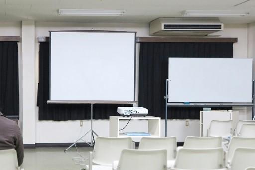 プロジェクターが設置された会議室